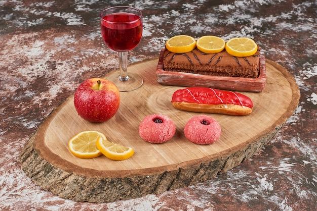 Koekjes en rollcake op een houten bord.
