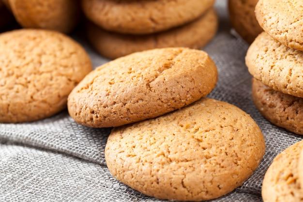 Koekjes gebakken met havermout en tarwebloem, geen zoete droge en knapperige koekjes met toegevoegde suiker, caloriearme havermoutkoekjes
