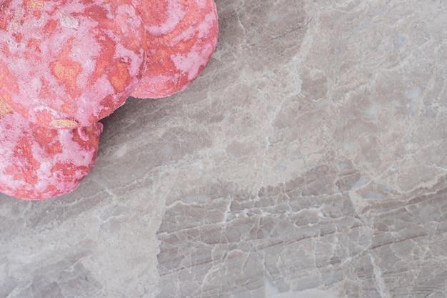 Koekjes gebundeld in een kleine stapel op marmeren oppervlak