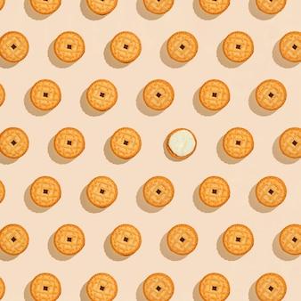 Koekjes gevuld met crème naadloos patroon op beige