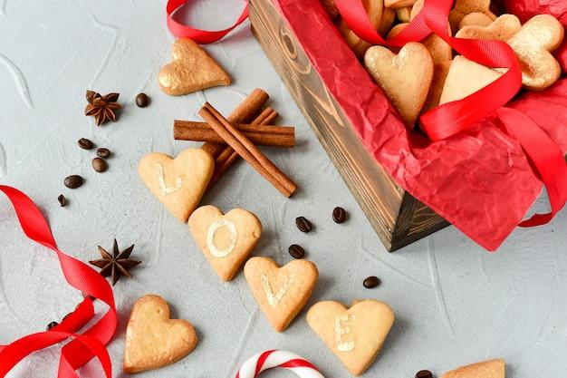 Koekjes in de vorm van harten, op koekjesbrieven love.decor rode linten. fijne valentijnsdag