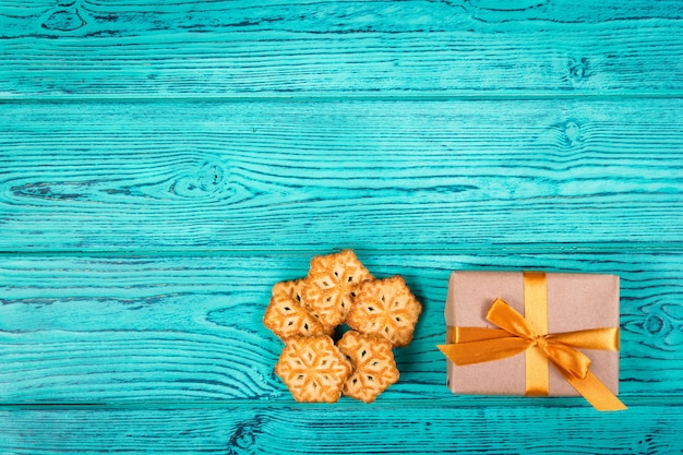 Koekjes in de vorm van sneeuwvlokken en geschenkdoos