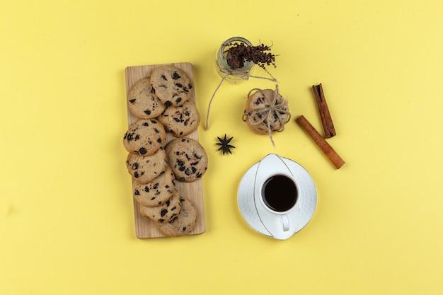 Koekjes, kruiden en koffiekop