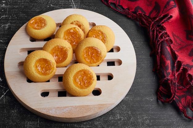 Koekjes met abrikozenconfituur.
