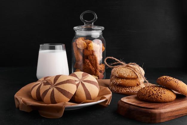 Koekjes met cacao, sesam en komijn met een glas melk.