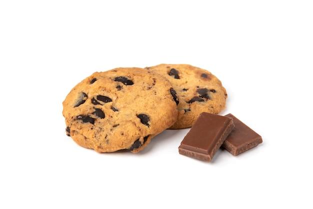 Koekjes met chocolade die op wit wordt geïsoleerd.