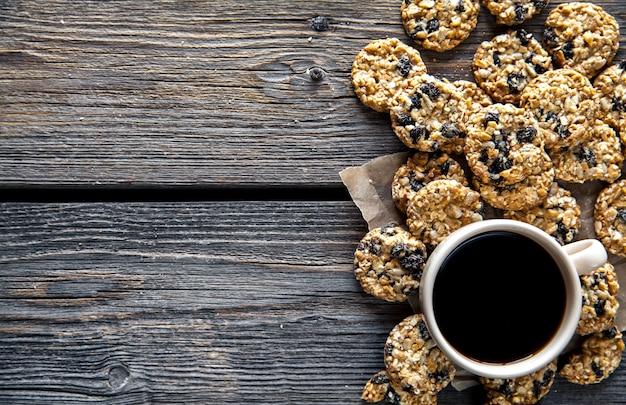 Koekjes met chocolade en koffie op een houten achtergrond. drankje, snoep, ontbijt
