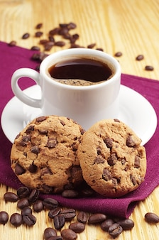 Koekjes met chocolade en kopje koffie