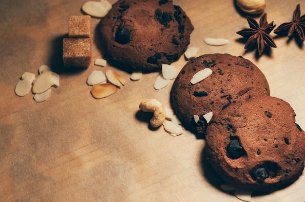 Koekjes met chocoladeschilfers op een lijst