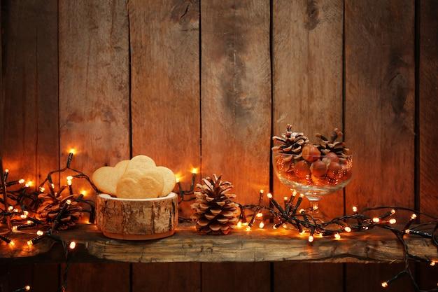 Koekjes met denneappels en hazelnoten op houten