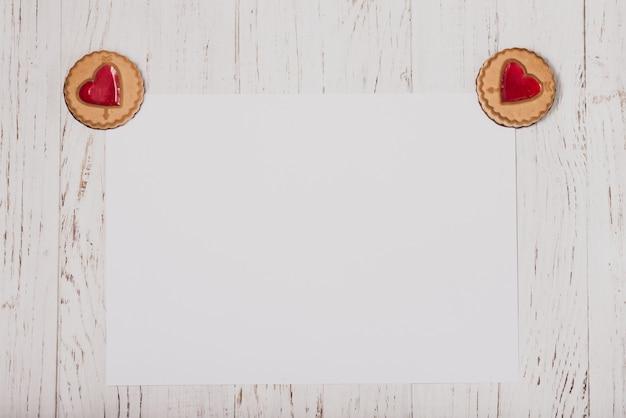 Koekjes met een hart in de hoeken van een white paper