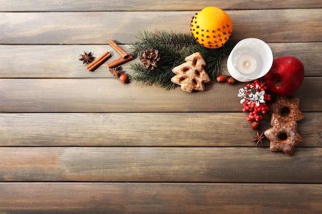 Koekjes met fruit, kruiden en kaarslantaarn op houten oppervlak