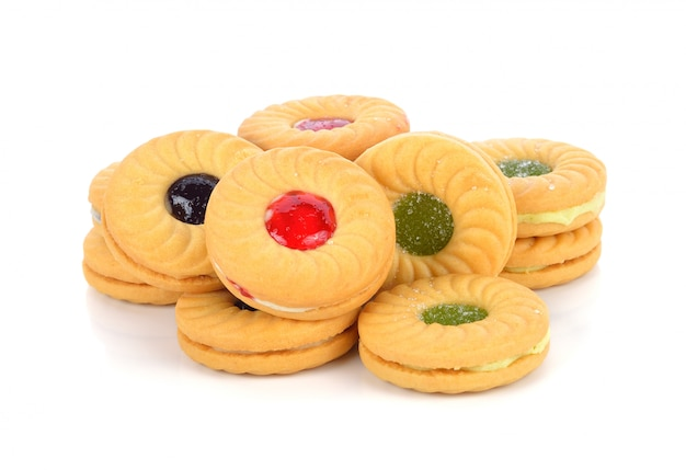 Koekjes met fruitjam die op wit wordt geïsoleerd