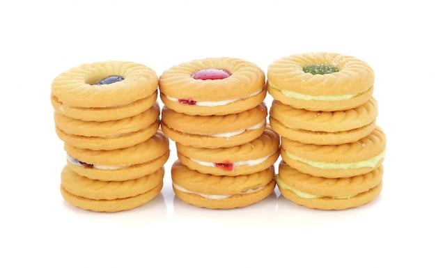 Koekjes met fruitjam die op witte b wordt geïsoleerd