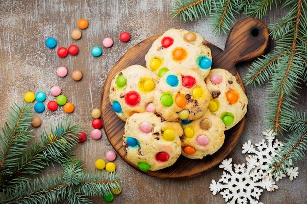 Koekjes met kleurrijke chocoladesnoepjes in suikerglazuur