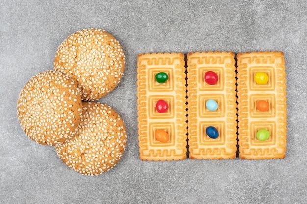 Koekjes met sesamzaadjes en crackers op marmeren oppervlak