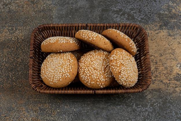 Koekjes met sesamzaadjes in houten mand.