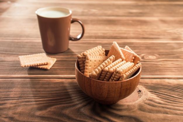 Koekjes op tafel met een kopje melk