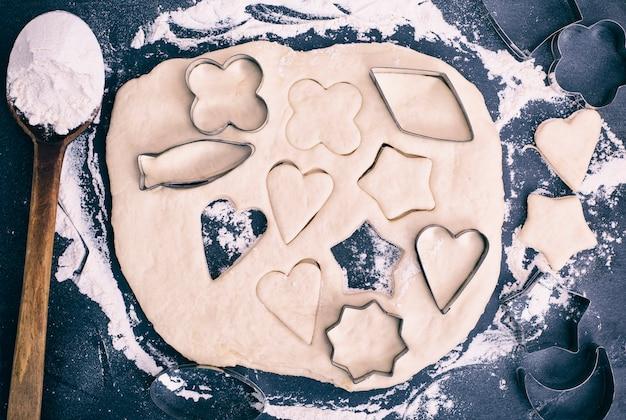 Koekjes uit deeg snijden met ijzeren vormen