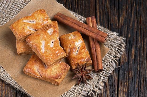Koekjes van bladerdeeg met kaneel op rustieke houten tafel