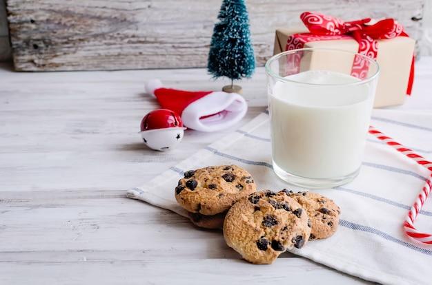 Koekjes van de kerstman met melk in glas. kerstmis-