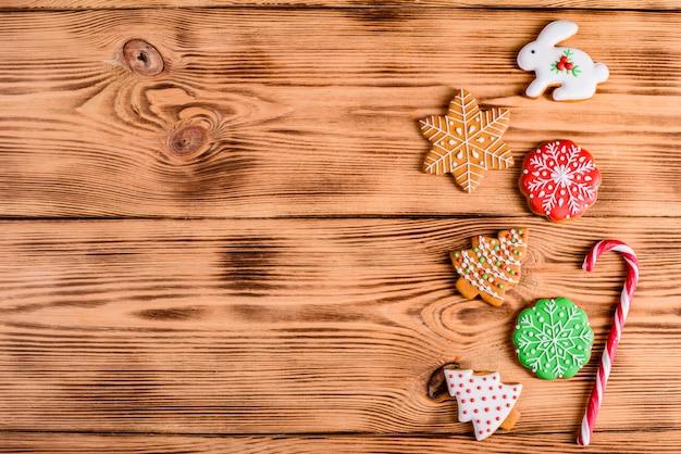 Koekjes van de kerstmis de eigengemaakte peperkoek op houten lijst