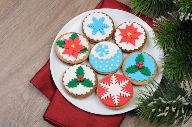 Koekjes versierd met marsepein in het kerstthema