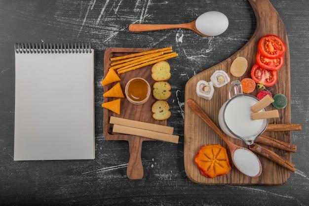 Koekjesbord met crackers en groenten