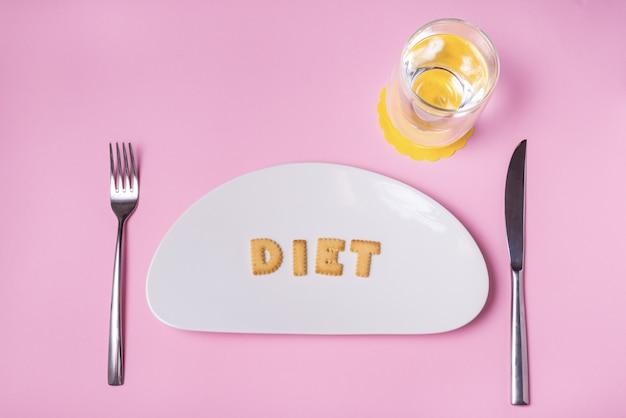 Koekjesletters op porseleinen bord, dieet