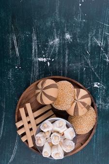 Koekjesplaat met broodjes, lokum en wafelstokjes