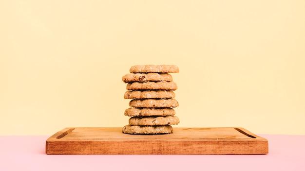 Koekjesstapel op houten raad op lijst