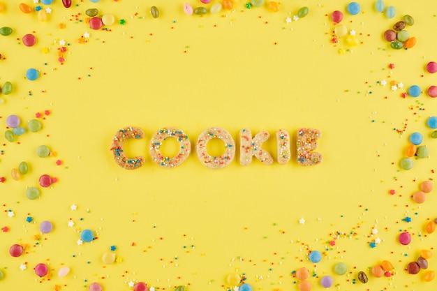 Koekjeswoord gemaakt van zoete gebakken letters versierd met hagelslag