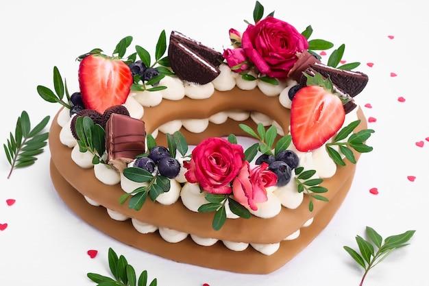 Koektaart - een hartvormige cake met room en fruit. dessert op valentijnsdag.