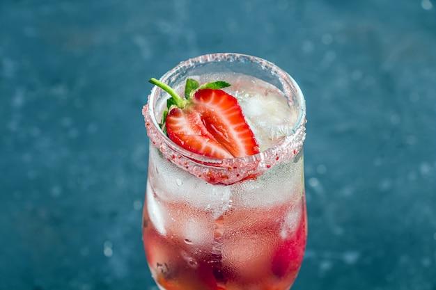 Koel aardbeien sangria met wijn, aardbei, ijsblokjes in champagne glas