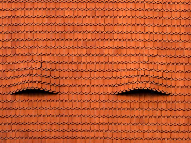 Koele achtergrond van een oud rood dak met interessante texturen