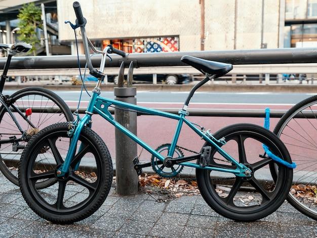 Koele blauwe fiets buitenshuis