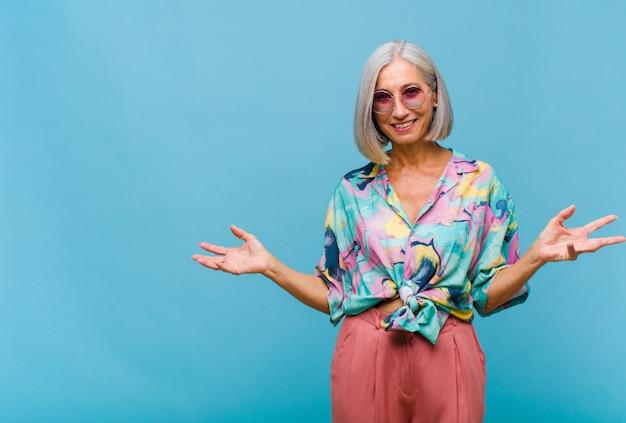 Koele geïsoleerde vrouw van middelbare leeftijd met mooi haar