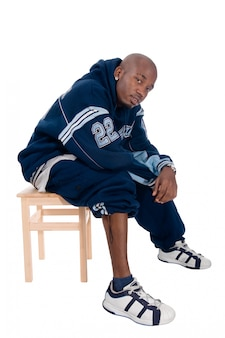 Koele jonge hip-hop man op witte achtergrond