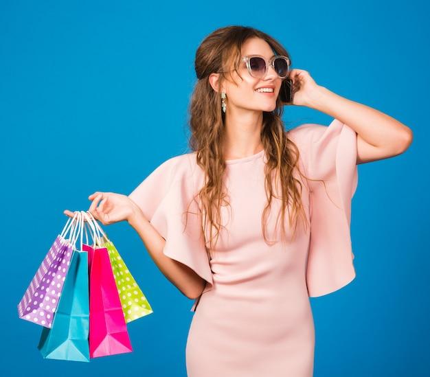 Koele jonge stijlvolle sexy vrouw in roze luxe jurk,