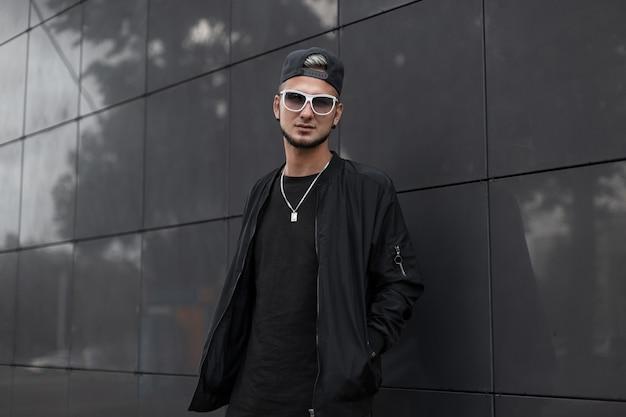 Koele man hipster in zwarte uitloper
