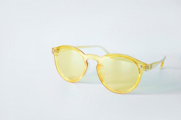 Koele moderne gele lichte geïsoleerde zonnebril. zomer reizen vakantie concept. uitverkoop kit. oogbescherming. selectieve aandacht
