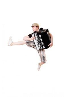 Koele muzikant springen hoog