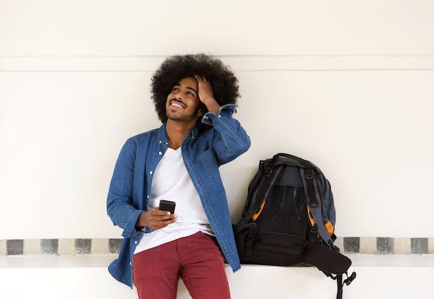 Koele reismens die met mobiele telefoon ontspant