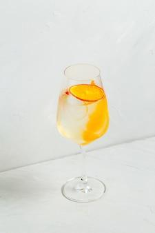 Koele verfrissende cocktail met sinaasappel-citroenschil