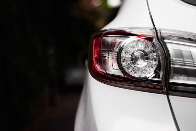 Koele witte auto klaar om je naar de sterren te brengen