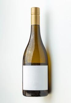 Koele witte wijnfles met leeg etiket