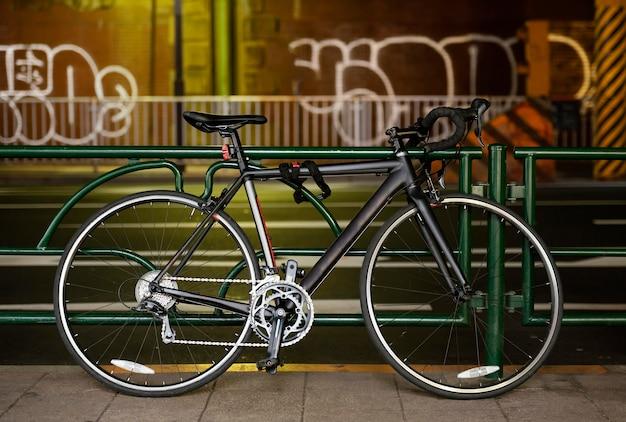 Koele zwarte fiets buitenshuis