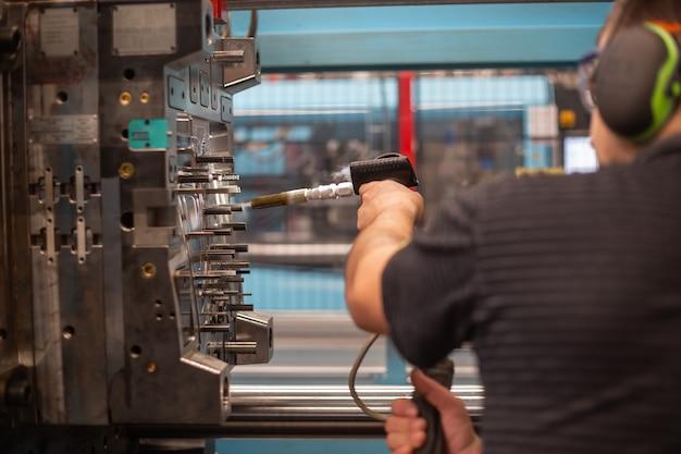 Koelen van enorme mal voor kunststof lijstwerk in de fabriek