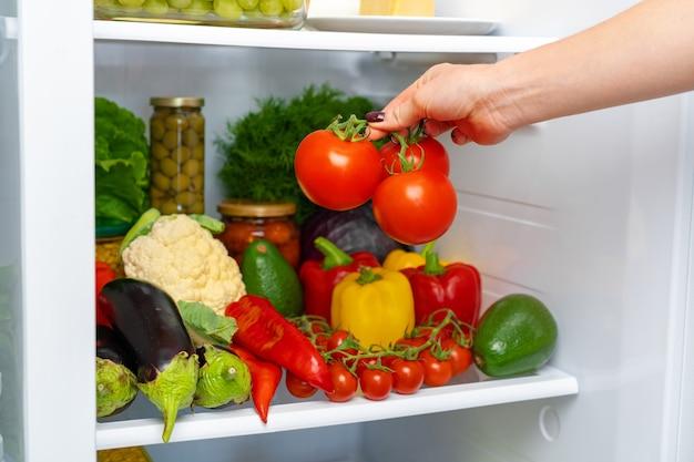 Koelkast plank vol met verse groenten close-up foto