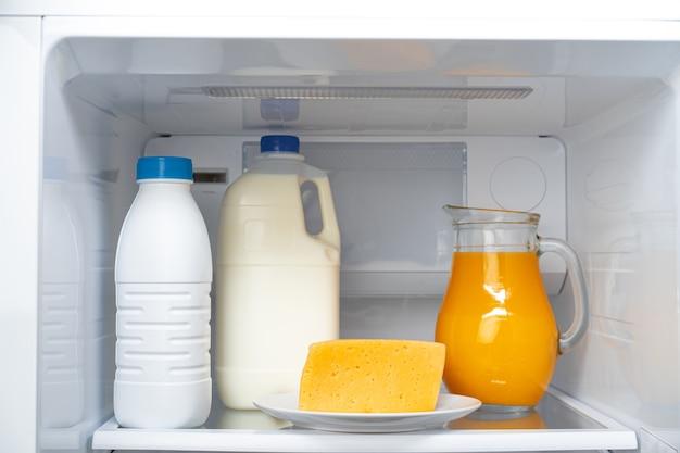 Koelkastplank met eten en fles melk